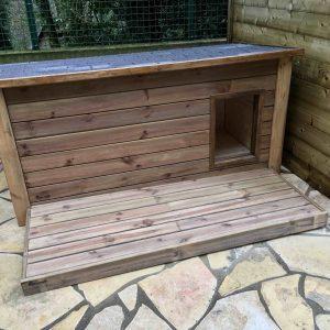 Niche pour chien Medium160 isolée en bois massif, toit anthracite, avec terrasse