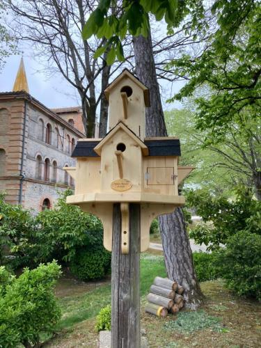 Nichoir d'oiseaux sur un poteau